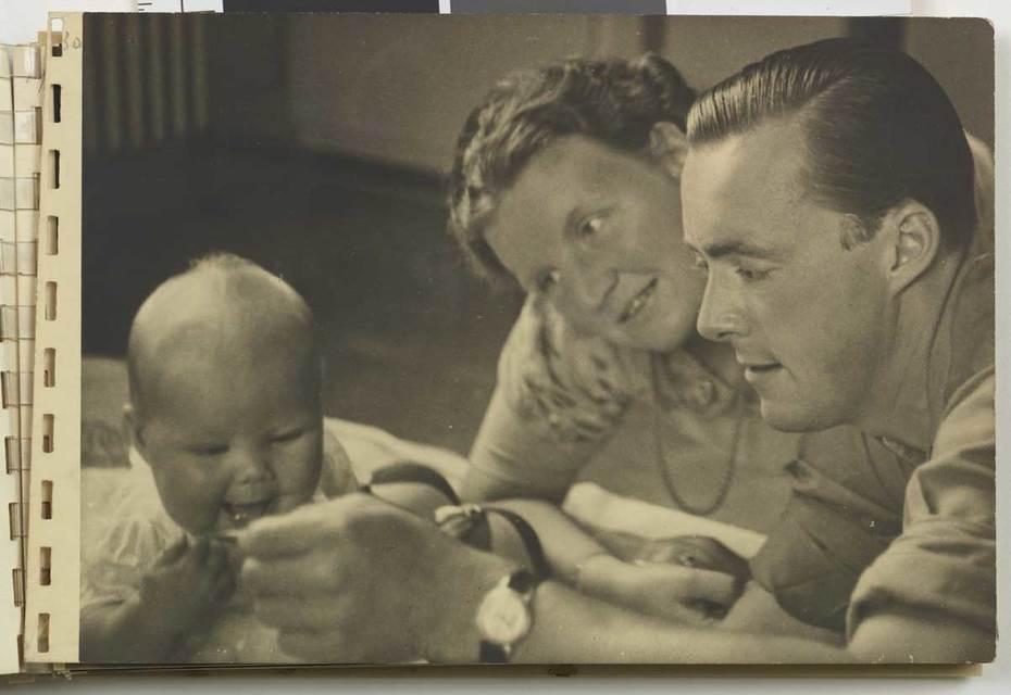 Foto van Prinses Juliana, Prins Bernhard en Prinses Beatrix, 1938