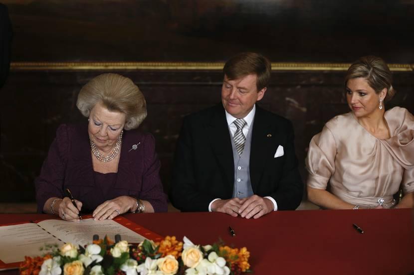Koningin Beatrix ondertekent de Akte van Abdicatie, 2013.