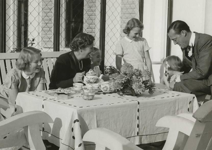 Koningin Juliana en Prins Bernhard met hun dochters, Paleis Soestdijk, 1951