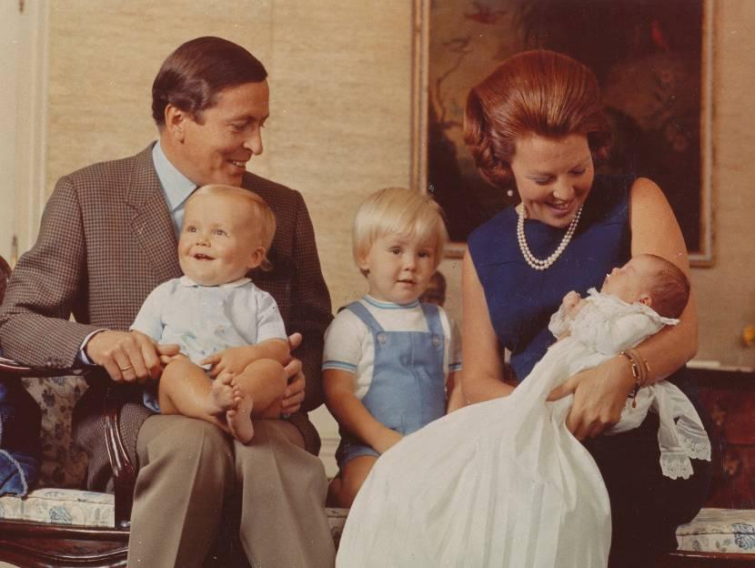 Prins Claus en Prinses Beatrix met hun zonen de Prinsen Friso, Willem-Alexander en Constantijn, 1969