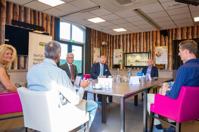 Koning Willem-Alexander in gesprek.